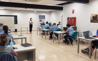 L'alumnat del Projecte ET FORMEM de Gandia es forma en tècniques de recepció i en operacions administratives comercials a més de realitzar serveis al departament de Promoció Econòmica